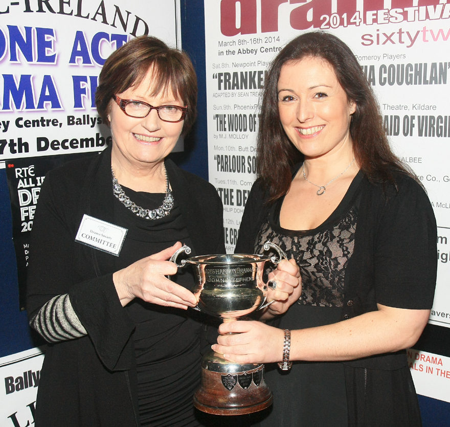 Jenny Ní Lucáis, Bradán, receives trophy for First Place in Open
